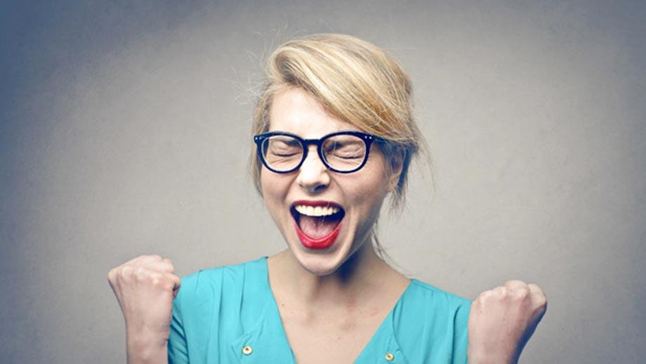 """Eine junge Frau mit großer Brille freut sich auf den Einsteigerkurs """"Your first Implant""""."""