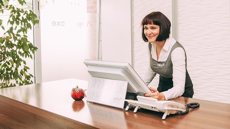 Rezeptionistin Katja Krüger steht an der Rezeption der Praxis zahn-B in Strausberg.