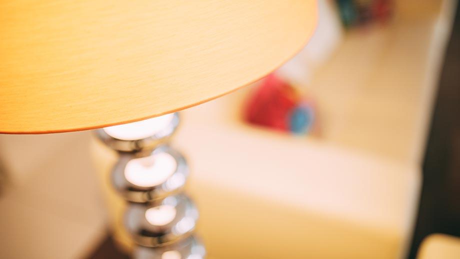 Großaufnahme einer modernen Lampe mit silbernem Lampenfuß.