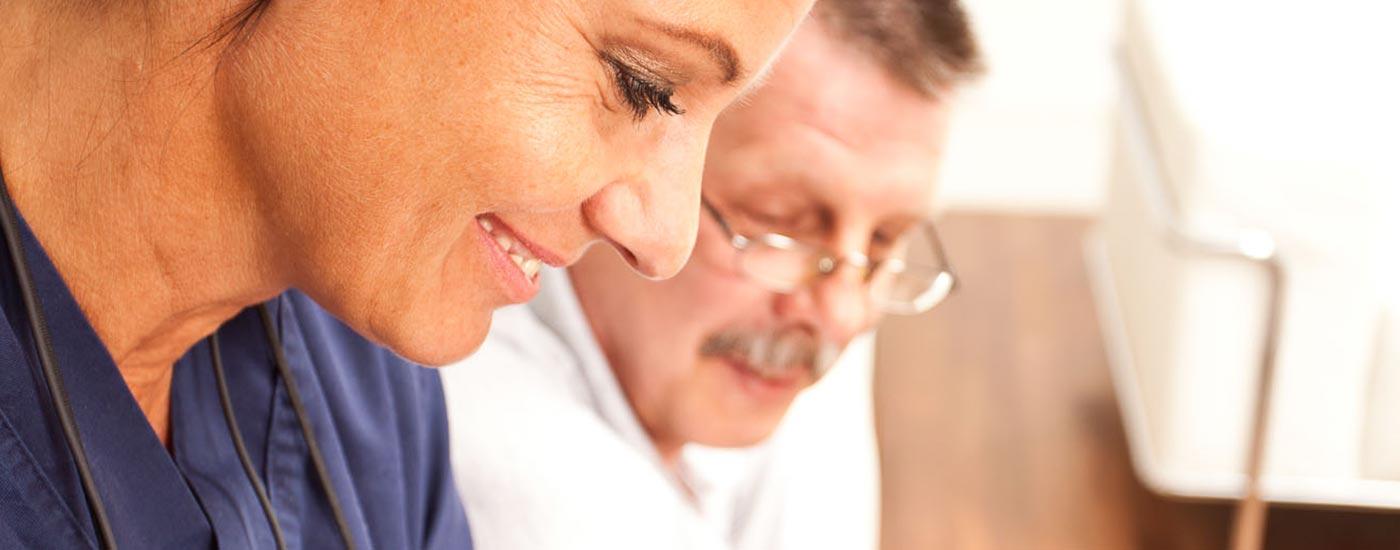 Zahnärztin Heidi Prutean erläutert einem Patienten, wie sie mit Funktionsdiagnostik Kiefergelenksbeschwerden lokalisiert.
