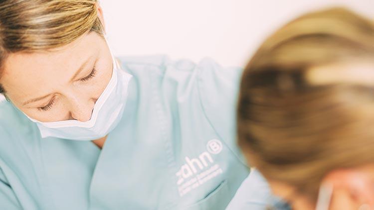 Zahnärztin Ines Winkler und ihre Assistentin nutzen bei einer Wurzelbehandlung modernste Technik.