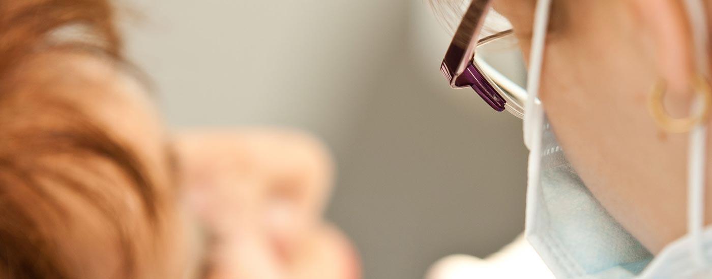 Detailaufnahme von Zahnärztin Heidi Prutean bei einer Behandlung aus der Oralchirurgie.