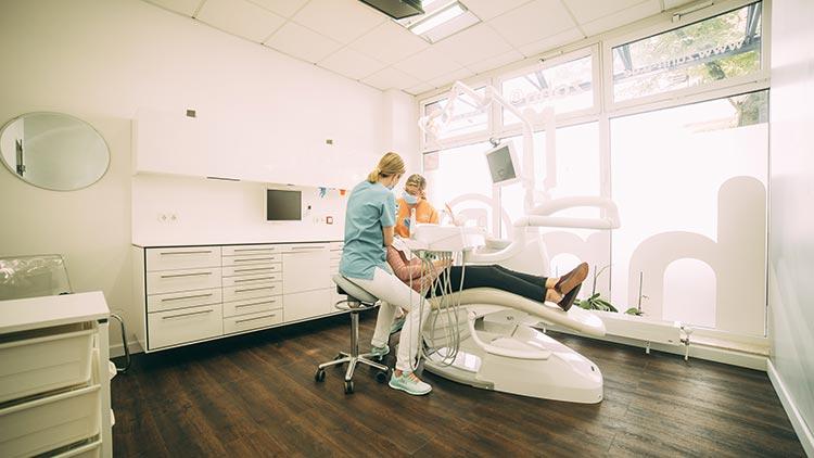 Das Team der Praxis zahn-B versorgt einen Patienten mit einer parodontalchirurgischen Behandlung.