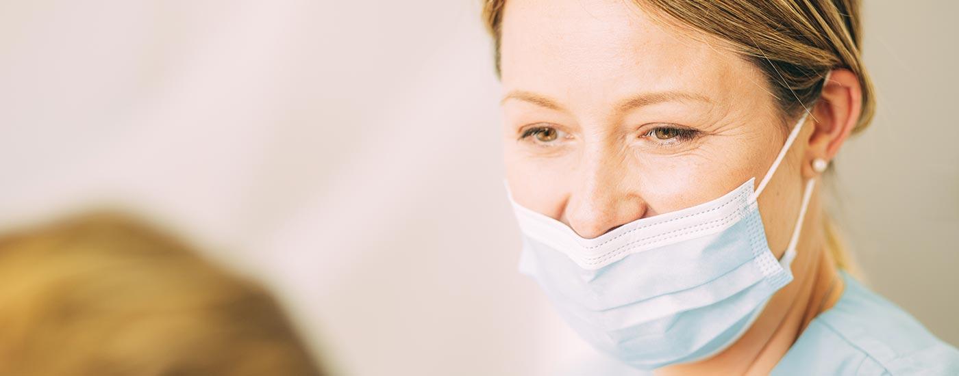 Zahnärztin Ines Winkler informiert einen Patienten zur Parodontologie.