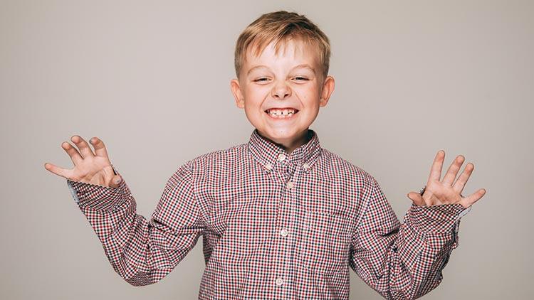 Ein kleiner Junge freut sich, dass individuelle Konzepte helfen, seine Zähne dauerhaft gesund zu erhalten.