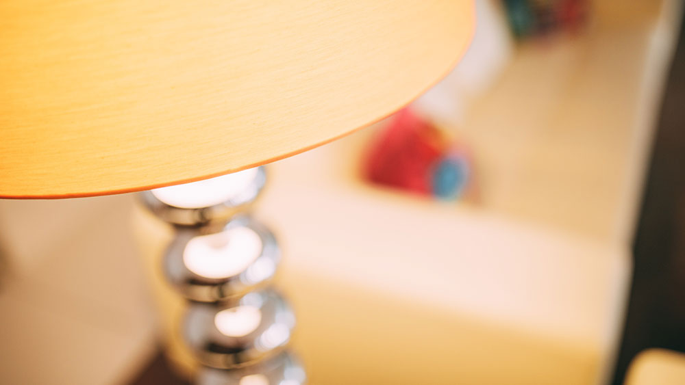 Die moderne im Wartebereich der Zahnarztpraxis zahn-B in Strausberg Lampe wirkt auch in der Großaufnahme elegant.