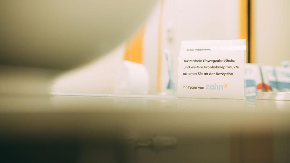 Der Service-Hinweis informiert Patienten über kostenlose Zahnbürsten und Prophylaxe-Artikel in der Zahnarztpraxis zahn-B in Strausberg.