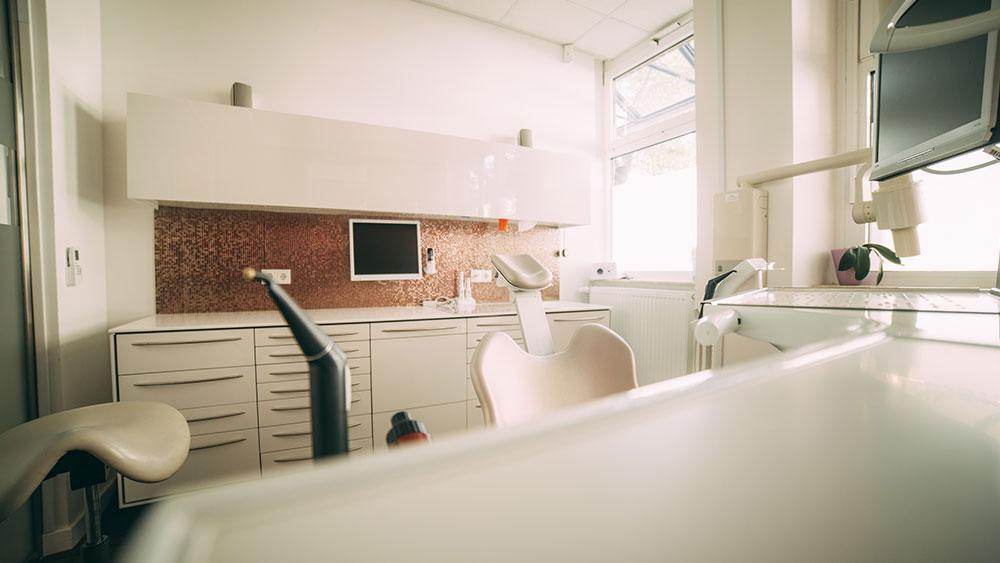 Dieses Behandlungszimmer der Zahnarztpraxis zahn-B in Strausberg präsentiert sich mit heller, freundlicher Einrichtung.